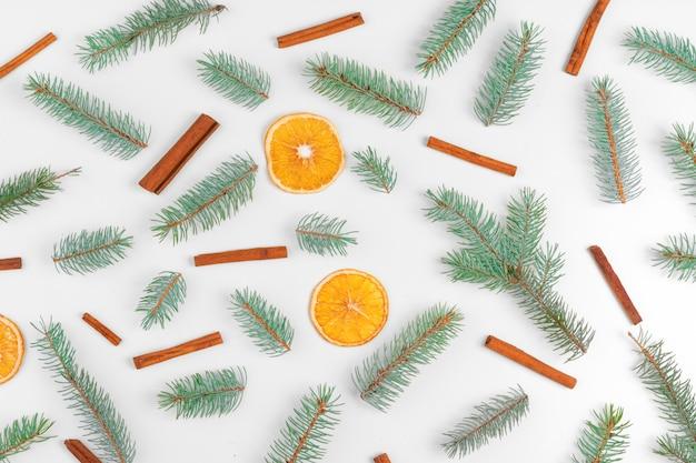 モミの木、乾燥オレンジ、コーンのクリスマスデコレーション Premium写真