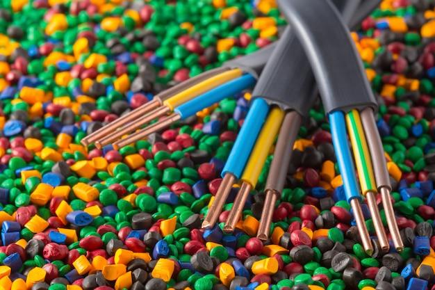 Цветные пластиковые гранулы полимера для кабеля Premium Фотографии