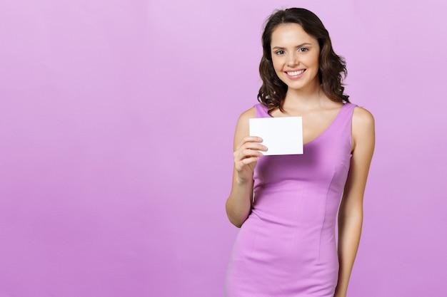Женщина, держащая заглушку. Premium Фотографии