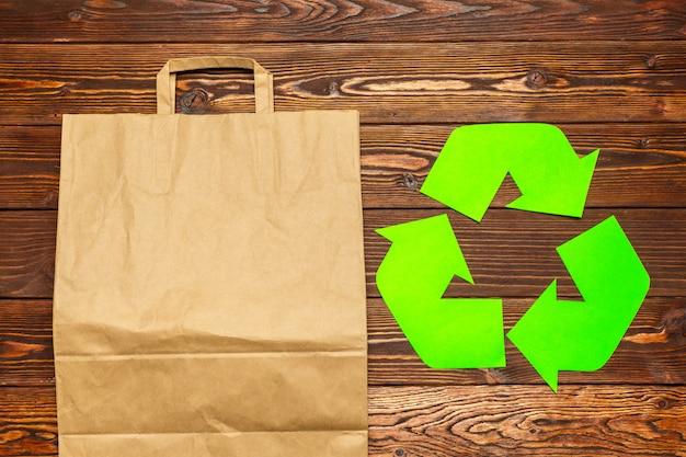 表の背景の上面にシンボルをリサイクル Premium写真