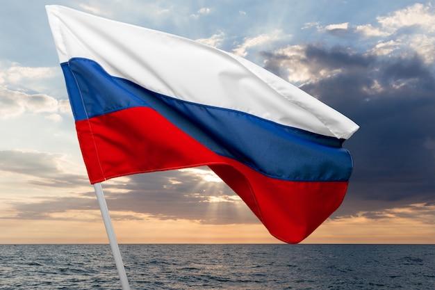 ロシアの旗を振る Premium写真
