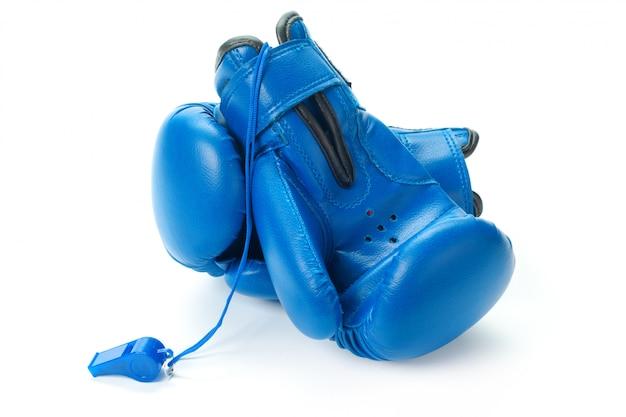 ボクシンググローブは白い表面にクローズアップ Premium写真