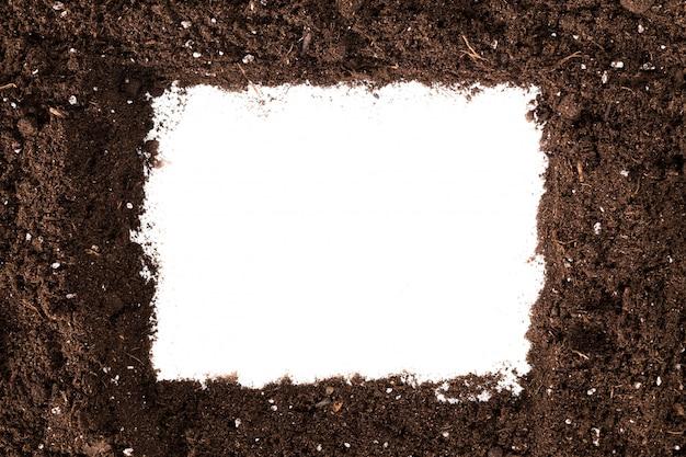 白い表面に分離された土壌または汚れのセクション Premium写真
