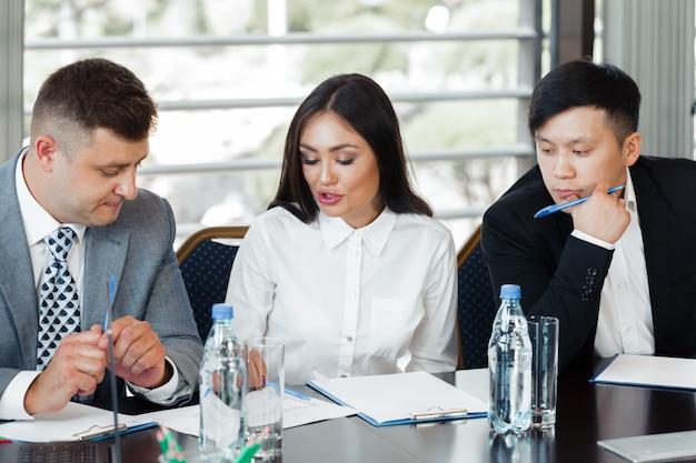 Деловые люди работают вместе за столом конференции Premium Фотографии
