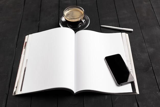 木製テーブルのカタログ Premium写真