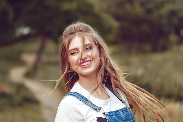 Портрет молодой девушки на свежем воздухе Premium Фотографии