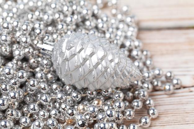 Блестящие серебряные безделушки блеск заделывают на деревянный стол Premium Фотографии