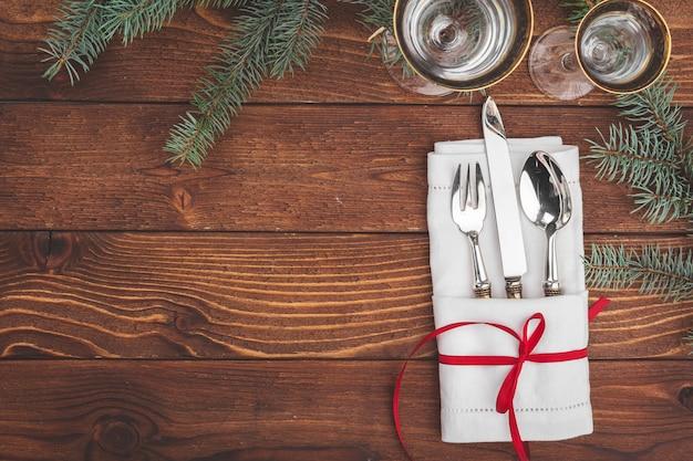 Рождественская сервировка с сосновыми ветками и украшениями сверху Premium Фотографии