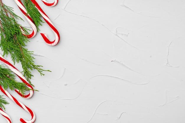 キャンディケイン、コピースペースとクリスマスカードの背景 Premium写真