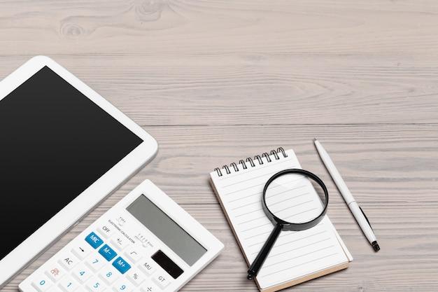 Лупа и тетрадь на деревянном столе Premium Фотографии