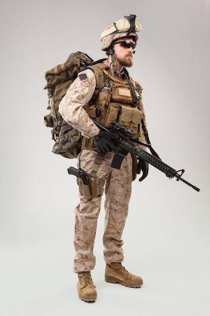 Портрет молодого американского солдата морской пехоты сша Premium Фотографии
