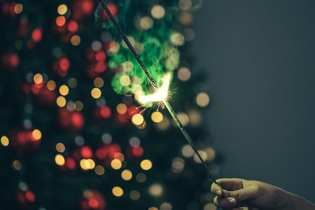 暗闇の中で緑の休日線香花火のクローズアップ Premium写真