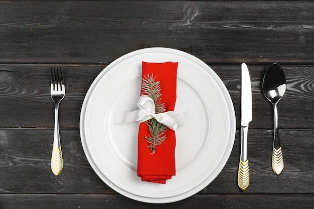 木製の表面に松の木の枝とお祝いテーブルの設定 Premium写真