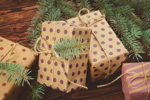 茶色の木製の表面上のスタイリッシュな装飾クリスマスプレゼント Premium写真