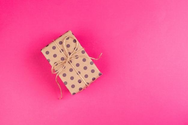 ピンクの弓で飾られたプレゼントのトップビュー Premium写真