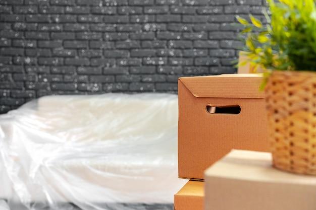 Переезд или выезд концепции. стек ящиков и упакованной мебели Premium Фотографии