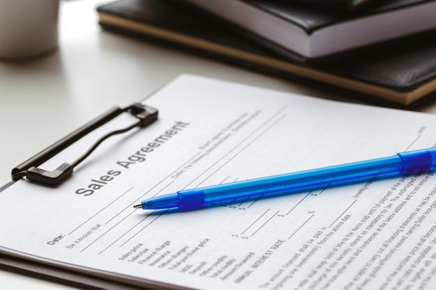 契約書、家の売買またはマンションのコンセプト Premium写真