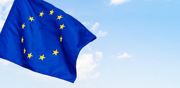 青い空を背景に欧州連合の旗 Premium写真