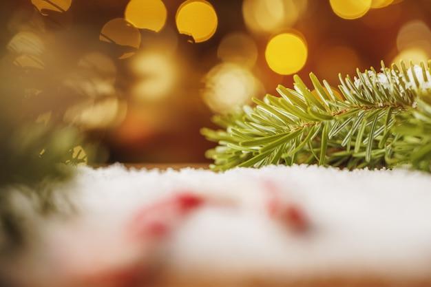 雪と木製のテーブルをクローズアップ Premium写真