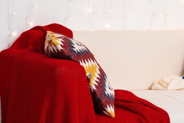 格子縞とクッションの白いソファをクローズアップショット Premium写真