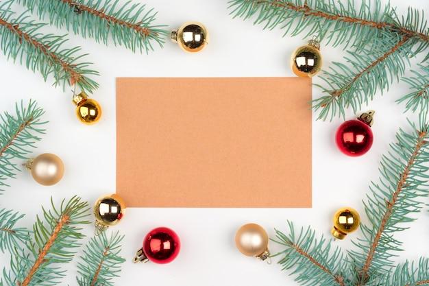 クリスマスの装飾と木製のテーブルに空の手紙のトップビュー Premium写真