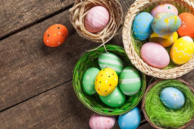 Пасхальные яйца в гнезде Premium Фотографии