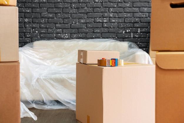 Переезд или выезд. стек ящиков и упакованной мебели Premium Фотографии