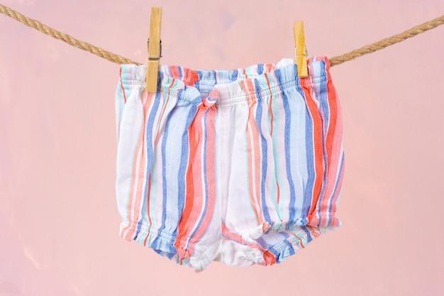 ロープに固定されたベビー服の洗濯 Premium写真