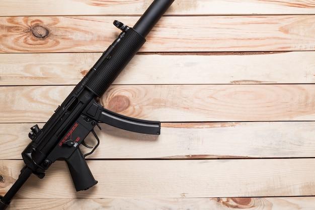 古い木製の表面に黒い半自動銃、 Premium写真