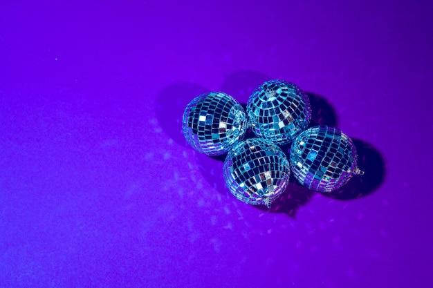 Диско-шар светит на фиолетовый крупным планом Premium Фотографии