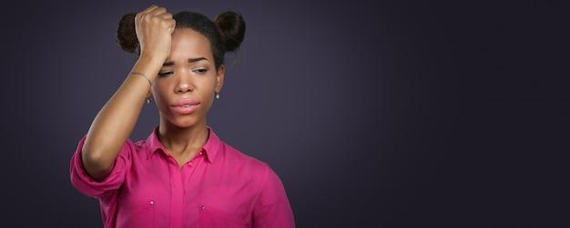 頭痛とカジュアルな黒人女性 Premium写真