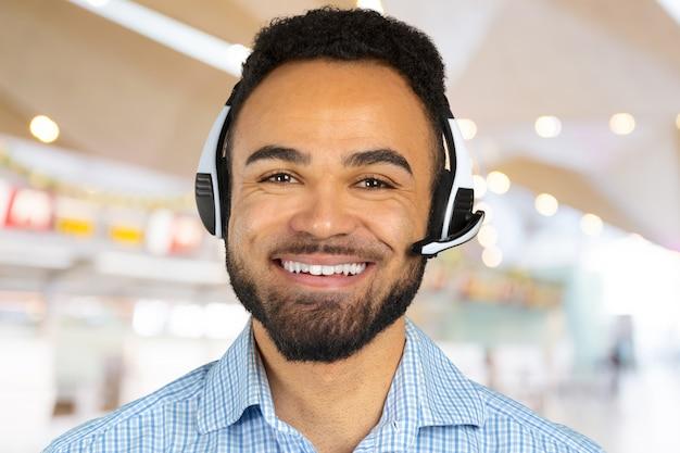 Корпоративный профессиональный колл-агент с наушниками на голове Premium Фотографии