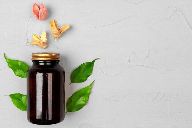 葉のハーブと自然化粧品スキンケア空白ボトル包装 Premium写真