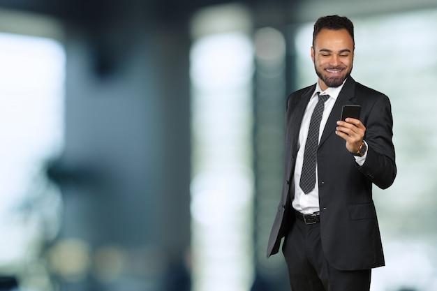携帯電話を使用してアフリカ系アメリカ人のビジネスマン Premium写真