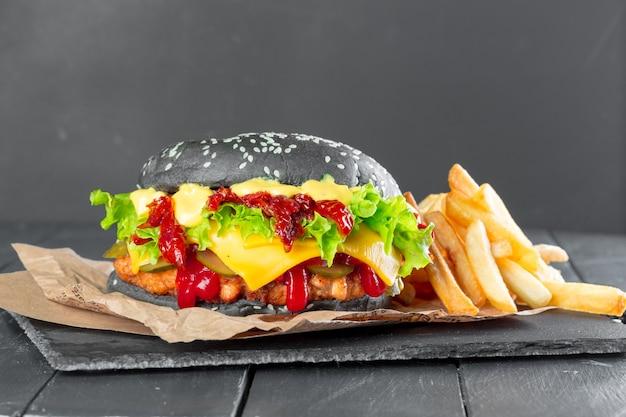 スレート板にフライドポテトのハンバーガー Premium写真