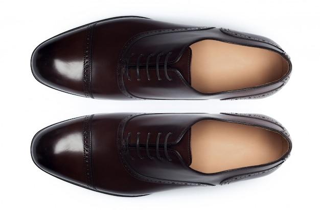 白、トップビューで分離された古典的な男性の革の靴。 Premium写真