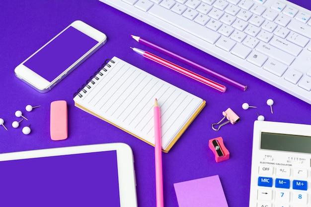 学校概念に戻る。オフィステーブルの上の学校および事務用品 Premium写真