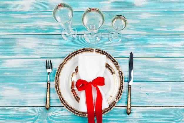 装飾の美しい赤いクリスマステーブルの設定をクローズアップ Premium写真