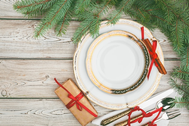 松の木の枝と休日テーブル設定の木製テーブル Premium写真