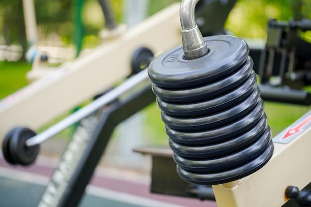 Открытый фитнес-оборудование в общественном парке крупным планом Premium Фотографии