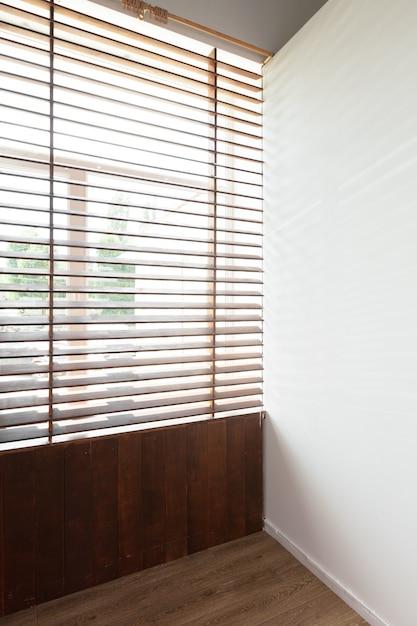 家の部屋で太陽光と木製のブラインド Premium写真