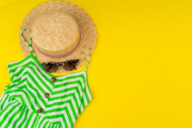 Модный женский наряд с аксессуарами на ярко-желтом фоне Premium Фотографии