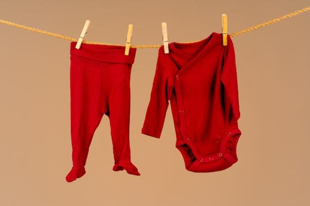 物干し用ロープに固定された子供用アパレル Premium写真