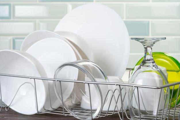 キッチンカウンターに清潔で乾燥した料理の皿ラック Premium写真