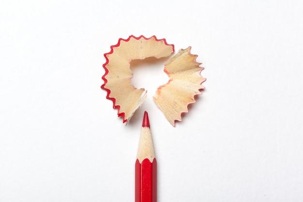 白い背景で隔離の鉛筆・鉛筆の削りくず Premium写真
