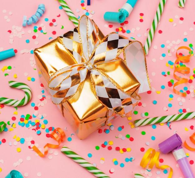 Подарочная коробка с различными вечеринками конфетти, растяжки и украшения Premium Фотографии