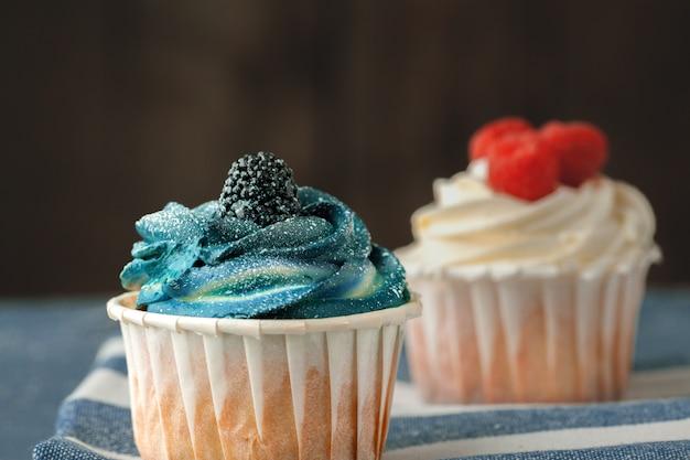 暗い背景の選択と集中にカップケーキのグループ Premium写真