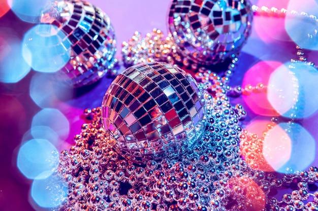 美しい紫色の光で輝く輝く小さなディスコボール。 Premium写真