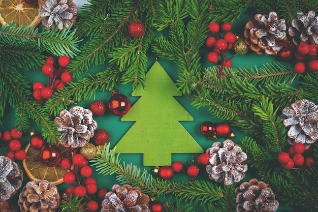コーンと松の枝の緑のクリスマスの装飾 Premium写真