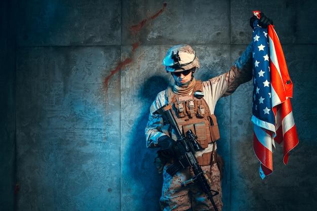 Человек военного снаряжения наемника в наше время с флагом сша Premium Фотографии